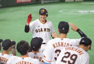 8回1死、中越えソロ本塁打を放ち笑顔の岡本和真(カメラ・中島 傑)