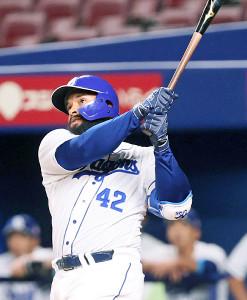 7回1死満塁、ソイロ・アルモンテが左越えに本塁打を放つ