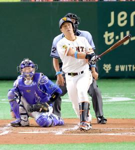 2回1死、左越えにソロ本塁打を放つ中島宏之(カメラ・竜田 卓)