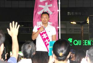 """演説後、聴衆のために""""写真撮影タイム""""を設ける山本太郎氏"""