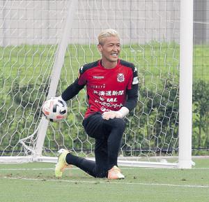 笑顔でボールを投げる札幌GK菅野