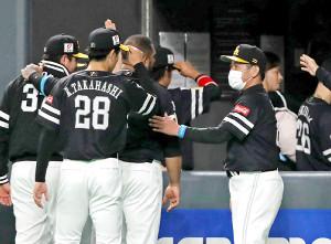 10回引き分けで日本ハムとの初戦を終えた工藤公康監督(右)はナインを出迎える