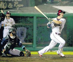 6回2死満塁、2点適時二塁打を放った楽天・島内(カメラ・佐々木 清勝)