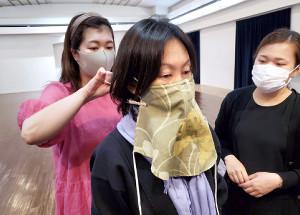 ステージでも歌える「合唱用マスク」を開発中の東京混声合唱団メンバー(東京混声合唱団提供写真)