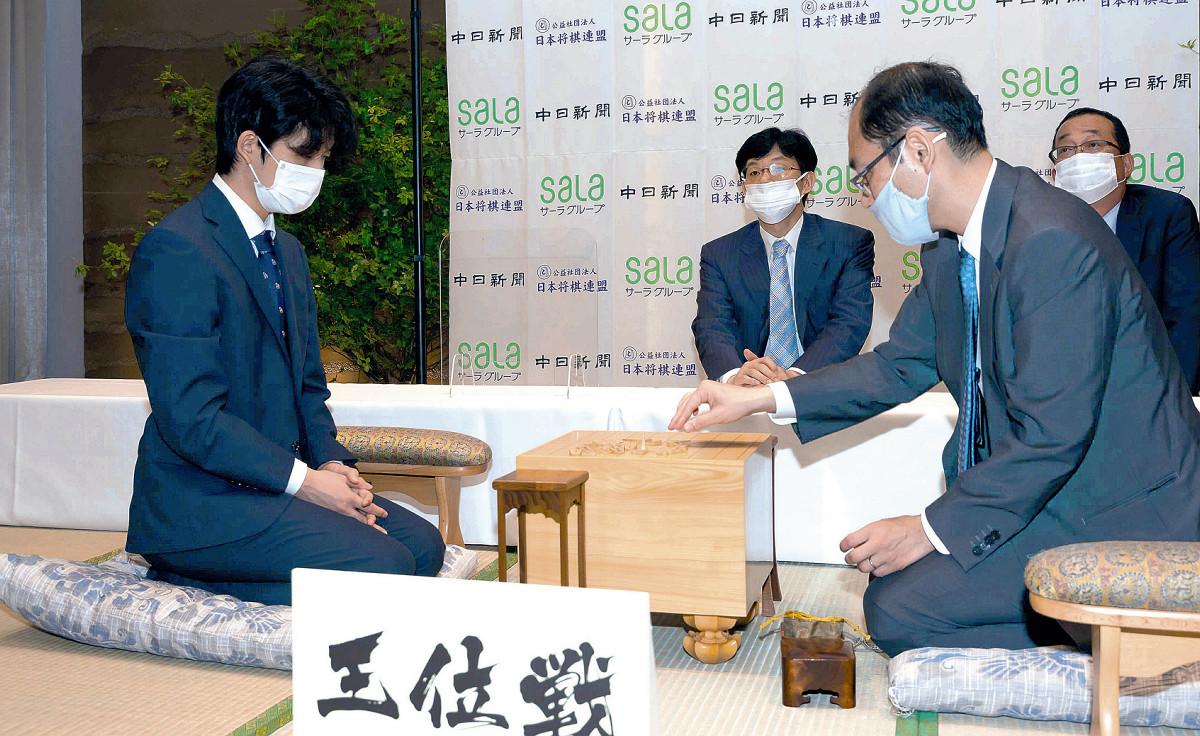 王位戦第1局を前に、対局場検分に臨む藤井聡太七段(左)と木村一基王位