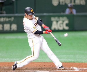 8回1死、中越えソロ本塁打を放つ岡本(カメラ・中島 傑)