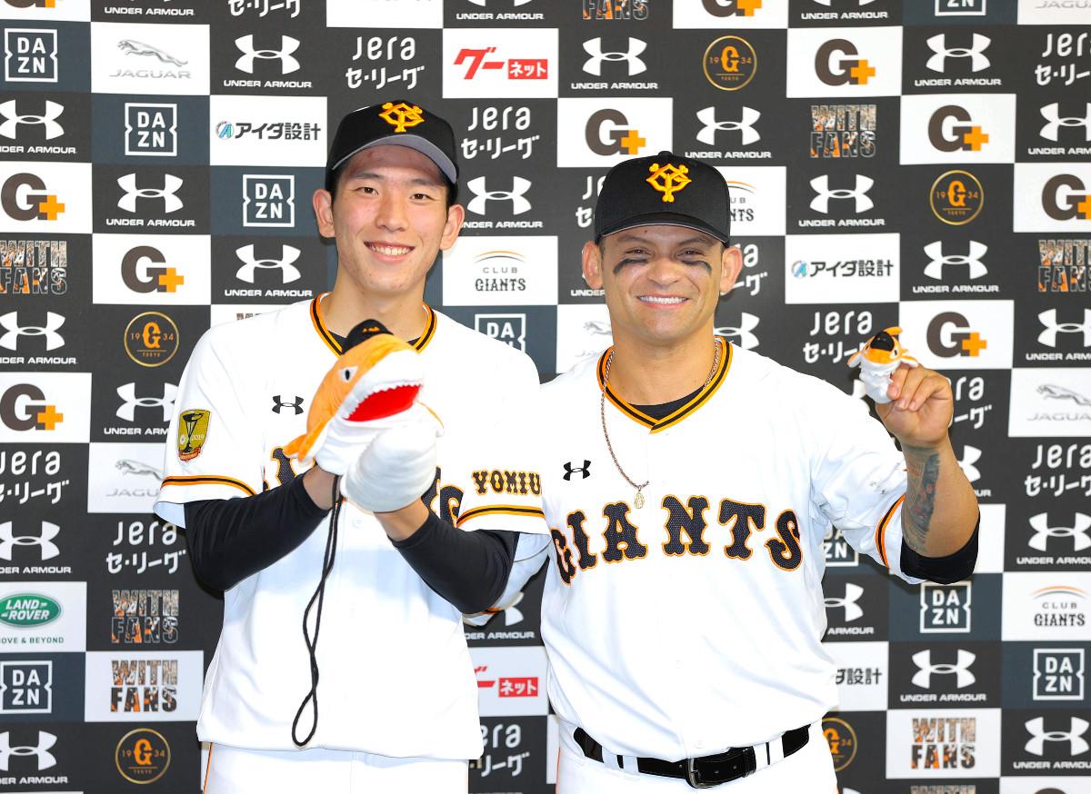 シャーク手袋をはめ、笑顔を見せる戸郷(左)とパーラ(カメラ・中島 傑)