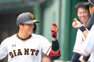 5回無死、右越えソロ本塁打を放ち、指でハートの形を作る菊田
