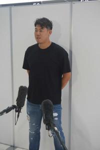 成田空港で取材に応じるブルージェイズ・山口俊