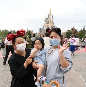 123日ぶりに再開した東京ディズニーランドを訪れた人々からは笑顔があふれる