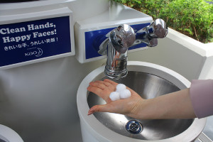 TDL「ハンドウォッシュエリア」ではミッキー形のハンドソープで手洗いが楽しめる