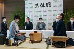 対局を待つ藤井聡太七段(左)と木村一基王位(提供・日本将棋連盟)