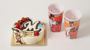 「マリーンズバースデーケーキ(チョコプレート付き)」と購入特典の「マリーンズスーベニアカップ2020」=球団提供