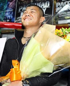 笑顔で結婚会見をした亀田興毅氏(2012年2月20日撮影)