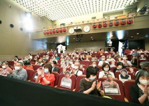公演が再開された大阪・天満天神繁昌亭の昼席で、1席ずつ空けて座る観客(代表撮影)
