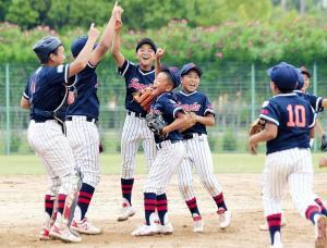 2年連続優勝決め、喜ぶ大阪泉州ナイン