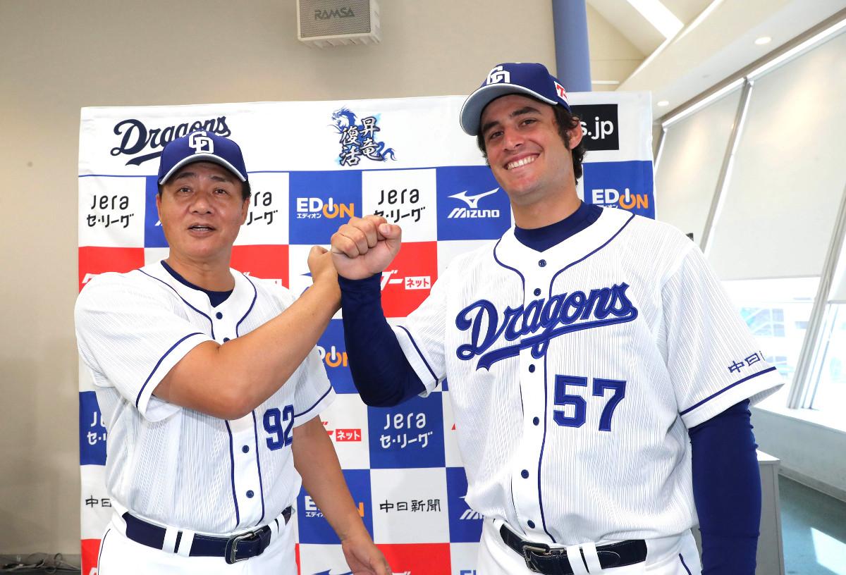 支配下選手登録され、会見で与田剛監督(左)とポーズをとるアリエル・マルティネス