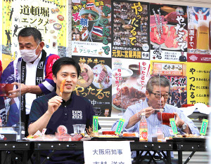 大阪・道頓堀で、同商店会の食を盛り上げるキャンペーンに出席した吉村洋文大阪府知事(左)と松井一郎大阪市長
