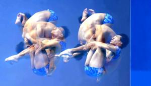 昨年の世界水泳で調整する寺内(左)と坂井(多重露光で撮影)