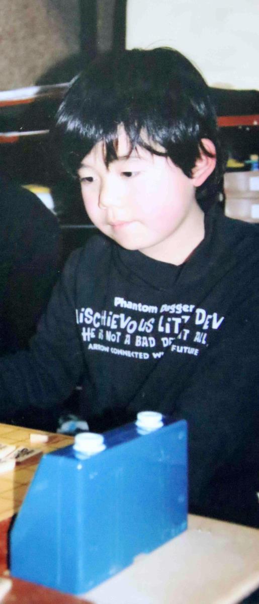 教室で将棋を指す藤井聡太少年