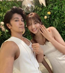 結婚を発表し、幸せいっぱいの2ショットを公開した武田真治と静まなみ