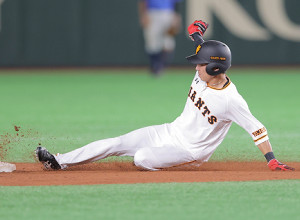 8回1死一塁、代走・増田大輝が盗塁成功