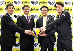 上杉新監督(左から2人目)を中心に、V2での健闘を誓う左から油井GM、一人おいて辻井部長、青島主将