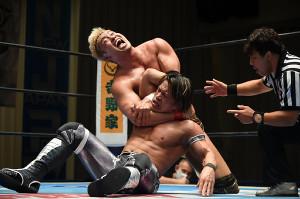 NJC準々決勝で石森太二を変型コブラクラッチで下し、4強入りを決めたオカダ・カズチカ(新日本プロレス提供)