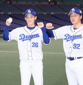 プロ初勝利を挙げ、与田監督(右)から祝福された岡野