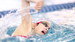 自由形で泳ぎ込む池江(代表撮影)