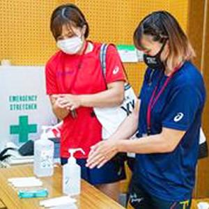 入念に手の消毒をする川井友香子(左)と梨紗子(レスリング協会提供)