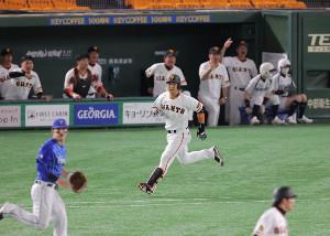 8回2死一、二塁、中前適時打を放った中島宏之(中央)(カメラ・生澤 英里香)
