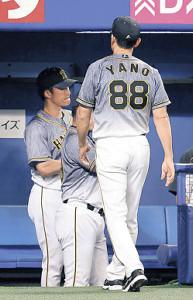 7回の攻撃を終えて選手交代を告げ、力なくベンチに戻る矢野監督(右)