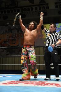 NJC4強入りを決めIWGPジュニアのベルトを誇示する高橋ヒロム(新日本プロレス提供)