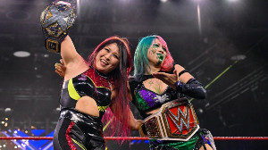 NXT女子王者・紫雷イオ(左)とロウ女子王者・アスカ(C)2020 WWE, Inc. All Rights Reserved.