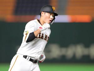 6回1死、先制本塁打を放ち、ガッツポーズで三塁を回る坂本(カメラ・関口 俊明)