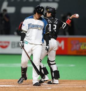 3回1死満塁、好機で空振り三振に終わりがっくりする清宮幸太郎