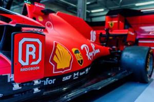 レディオブックのロゴが入ったフェラーリのマシン