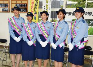 警察官の制服姿で委嘱式に出席したKUROBEの選手たち