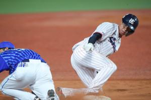 7回2死一、二塁、打者・西浦直亨のときに山田哲人が三塁盗塁に成功