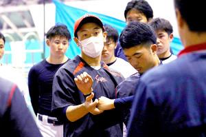 トレーニングの仕方を教える富士大・安田監督