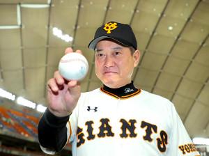 試合後、通算1034勝目のウィニングボールをじっと見つめる原監督(カメラ・中島 傑)