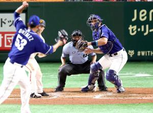 6回1死一塁、吉川尚の二盗を阻止するA・マルティネス(打者・重信、投手ゴンサレス)