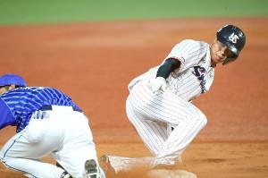 7回2死一、二塁、打者・西浦のとき山田哲が三塁へ盗塁する
