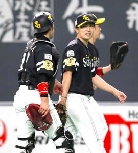 7回を投げ終え、捕手・高谷(左)と話す和田