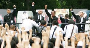 橋本真也さんの「プロレス界・プロレスファン合同葬」で、約8000人のファンと共に拳をあげて掛け声をかける、橋本さんの戦友の(左から)小川直也、武藤敬司、蝶野正洋、橋本さんの長男・大地くん、大谷晋二郎(2005年7月30日)
