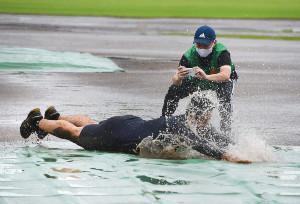 水浸しのグラウンドでヘッドスライディングを披露した石田内野手