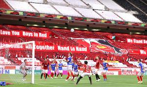 4日、再開したJ1浦和―横浜M戦で、無観客のスタンドをバックに競り合う両イレブン