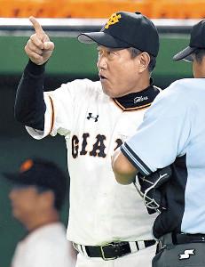 8回の攻撃終了後、選手交代を告げる原監督(カメラ・矢口 亨)