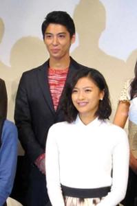 賀来賢人と榮倉奈々(2014年10月11日撮影)